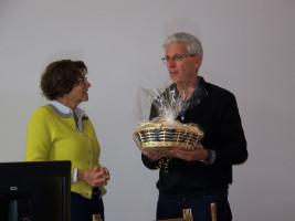 Herbert Salzmann bedankt sich bei Dr. Sigrid Meierhofer